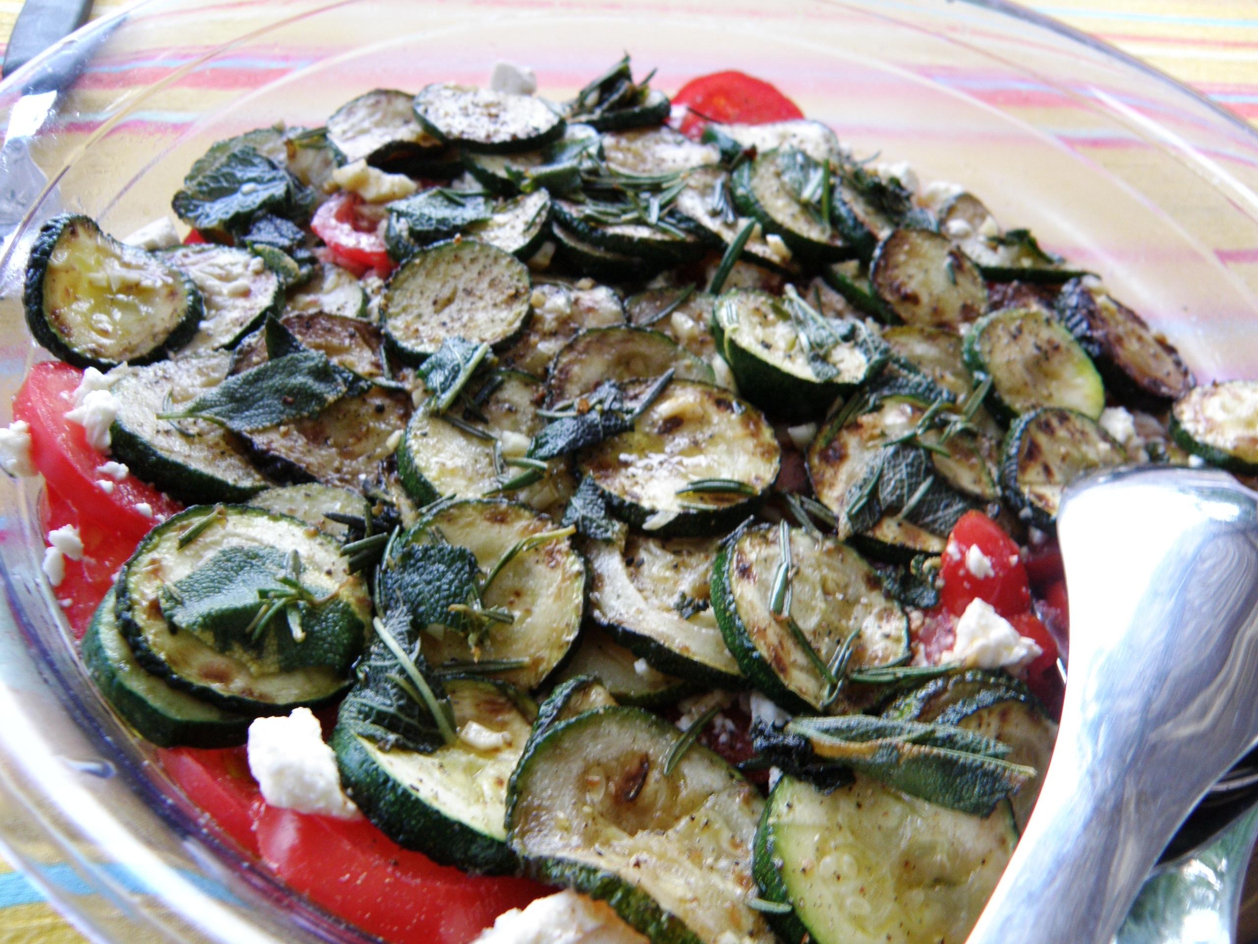 Tomatensalat mit gebratenen Zucchini