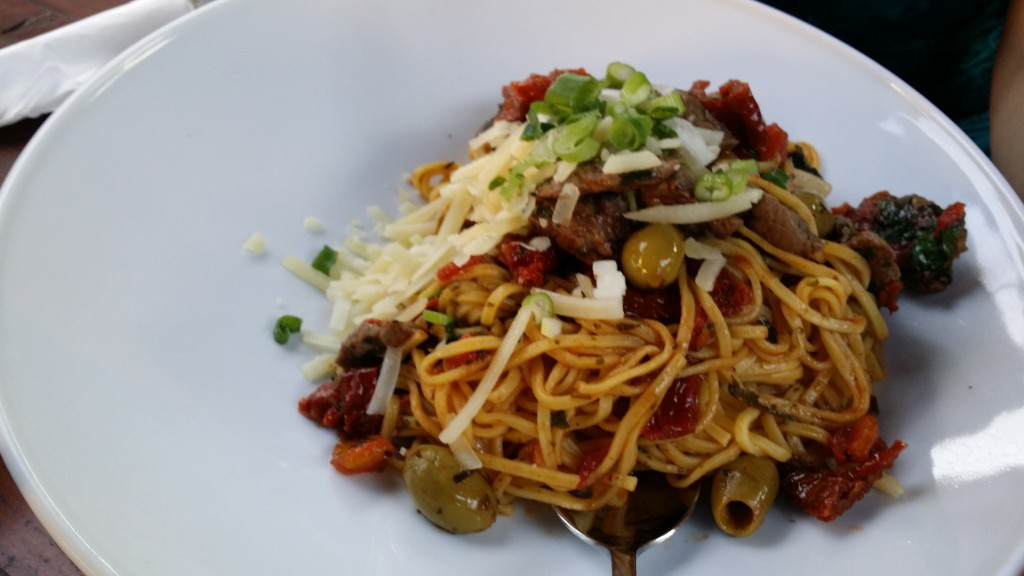 Frische Spaghettini mit Rinderfiletspitzen, getrockneten Tomaten und Oliven
