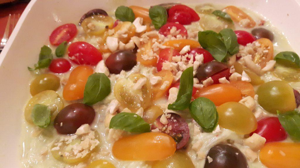 Gurkenspaghetti mit Avocadodressing und Tomaten von Tine