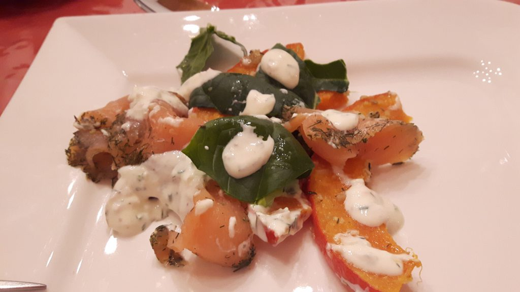 Kürbis-Spinat-Salat mit Lachs
