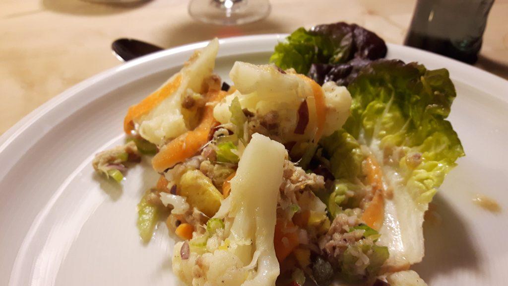 Wintersalat mit Blumenkoch und Räucherfisch
